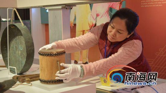 海南省博物馆历史馆提升改造项目进入尾声,工作人员正紧锣密鼓的对展厅进行微调。海南省博物馆供图