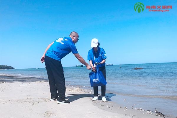 图为志愿者在海头镇高山村海滩捡拾垃圾。.jpg